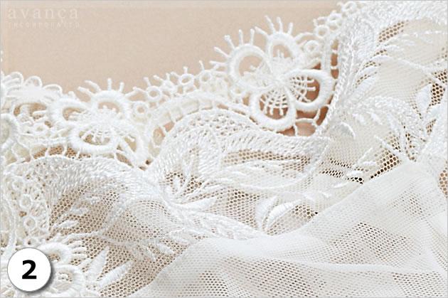 胸元Vラインの刺繍レースは、思わず溜息が出るほどの美しさです。