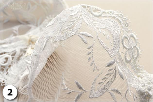 シンプルな薄手のメッシュレースに、植物モチーフの刺繍が見事に映えます。いつまでも眺めていたくなる美しさです。