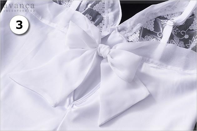 背中でリボンを結んで着用します。しなやかで柔らかく、なめらかな素材なので、大きめでもゴワつきません。ストラップは長さ調整が可能です。