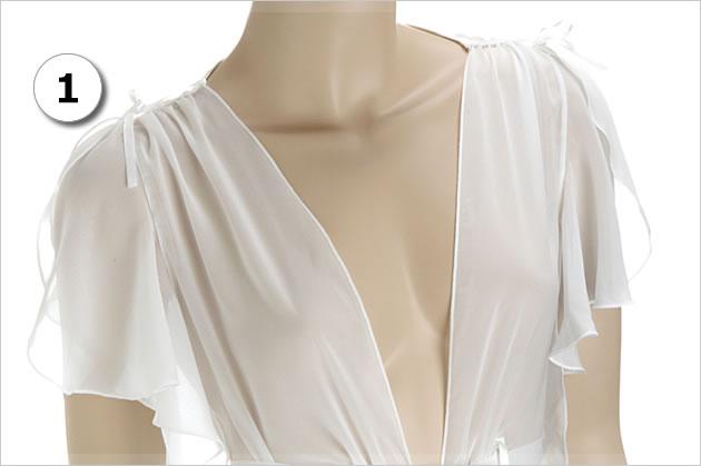 肩の部分にリボンを結んで作るシャーリングが可愛くてオシャレ。袖の上部にスリット入りで、セクシーさをプラス。ふんわり揺れ動く袖がチャーミングです。