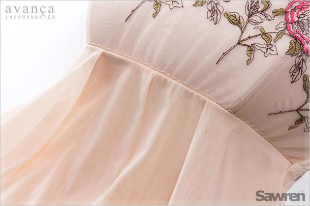 胸下から切り替えたやわらかく軽やかなシフォンのストレッチ素材。切り替えラインにはピコレースの飾り付きです。