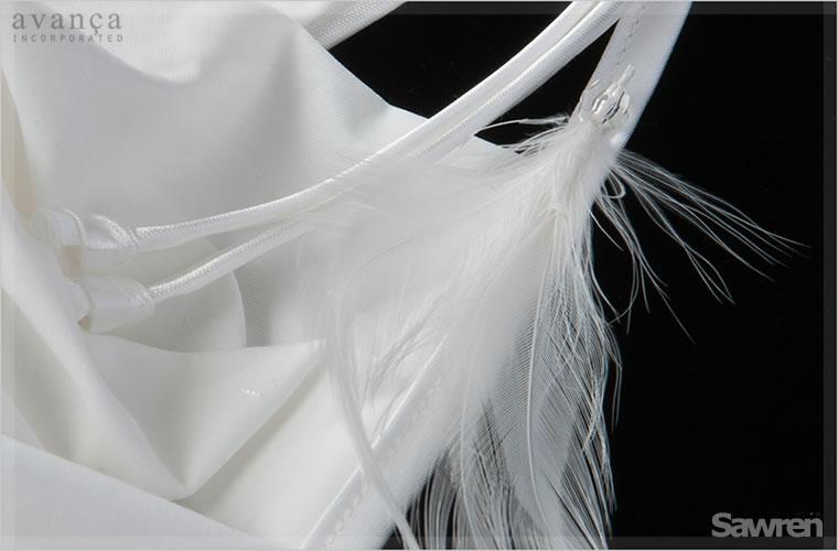 左の肩紐には羽根とビーズが付いています。真っ白な羽根はナチュラルさの象徴。女性への贈りものにも最適です。飾りはビーズ上と羽根の付け根部分の2か所をしっかりと縫い留めており、取り外しができないタイプです。