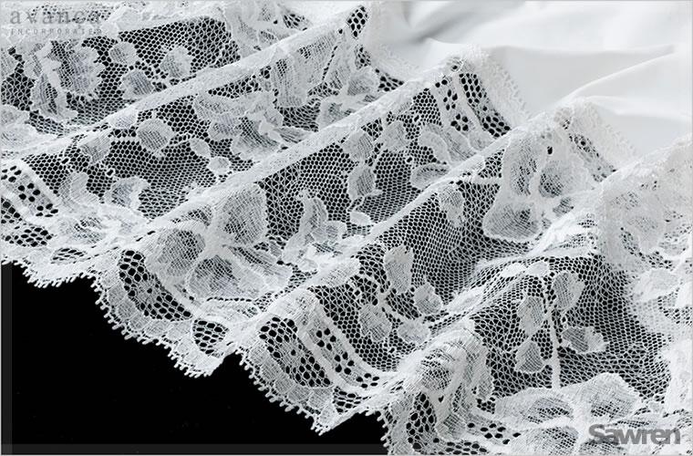 裾には17cm幅もの豪華なストレッチレースを使っています。糸の太さの違いを使い様々な柄に編みあげたラッセルレース。ストレッチ性もあり丈夫で扱いやすいのが嬉しいポイントです。