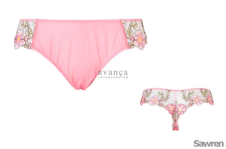 コスモス刺繍が可憐なバックレースのTバック(タンガ)。瑞々しさを感じるピンク「ピーチエコー」は日本人の肌とも相性の良いトレンドカラーです。※モニターにより実際の色とは異なる場合がございます。