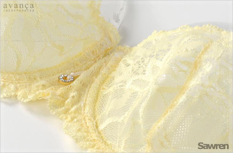 中央にはラグジュアリーなジュエリー調のモチーフ付き。ゴールドとストーンが胸元で光ります。