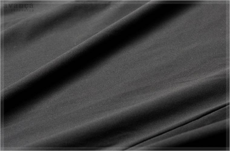 なめらかなサテンストレッチ。とろみがありシルクのように柔らかく肌触りも抜群。ボデイを滑るような触り心地がインナー素材にぴったりです。サテン素材ですが艶感はほとんどなくマットな見た目の表面。漆黒を思わせる艶消し風です。見た目も触り心地も「上質」の一言に尽きます。贅沢な素材を身に纏えばストレスも飛んでいきそうです。