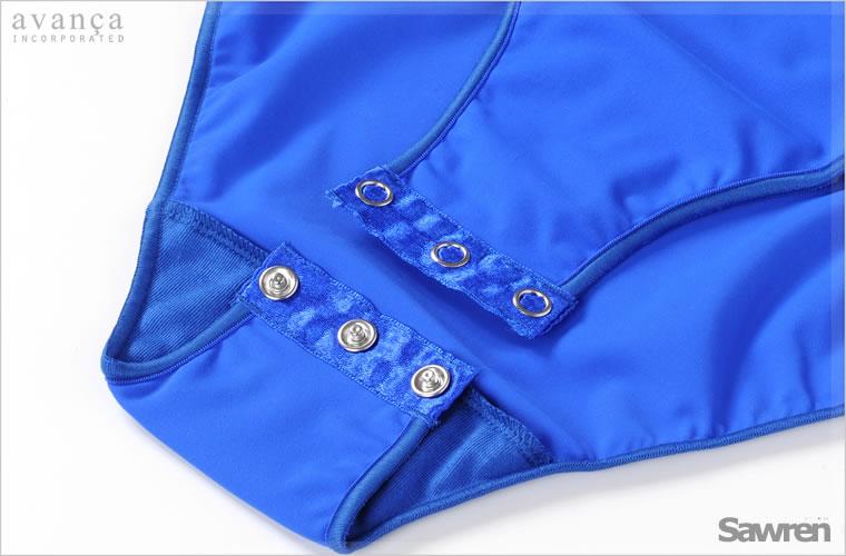 クロッチ部分は着脱のできるスナップが付いています。デザインだけではなく機能性も兼ね備え普段使いにも最適です。