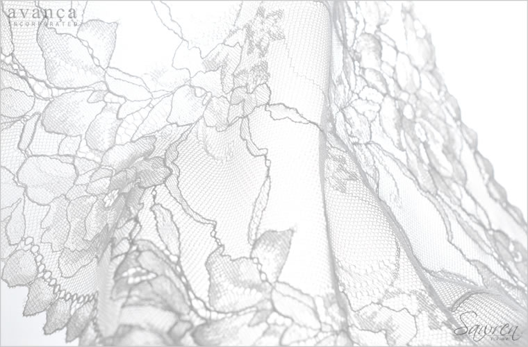 ホワイトローズのモチーフを丁寧に描き出したストレッチラッセルレースです。優しくなめらかに素肌を包み、極上のリラックスタイムを演出。清涼感のある明るいクリームカラーが素肌の透明感を引きだします。