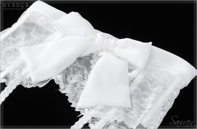 軽くて柔らかいリボンは結ぶと空気をはらんでふんわりとしたボリュームに。結び方を工夫して、リボンのボリュームをダウンすれば大人セクシーに着用することもできるフレキシブルなアイテムです。