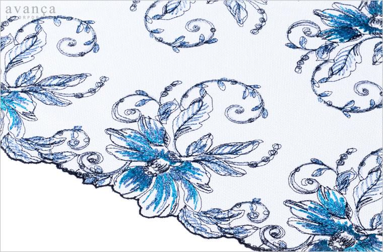 シアーなペールブルーのチュールレースが素肌に透明感を与えます。本来の花々の美しさをそのままにラメ刺繍でモダンに表現しました。