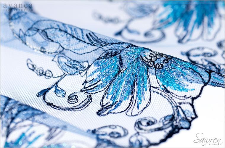 みずみずしく美しいブルーのグラデーション刺繍がほどこされたレースです。ベースのチュールレースは淡く上品なペールブルーのカラー。ホワイトまじりのブルーが素肌の透明感を引きだします。