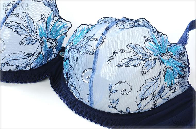 ブルーのグラデーション刺繍が美しい華やかなレースを贅沢に使用しました。二枚はぎの立体感あるカップでバストを包みます。