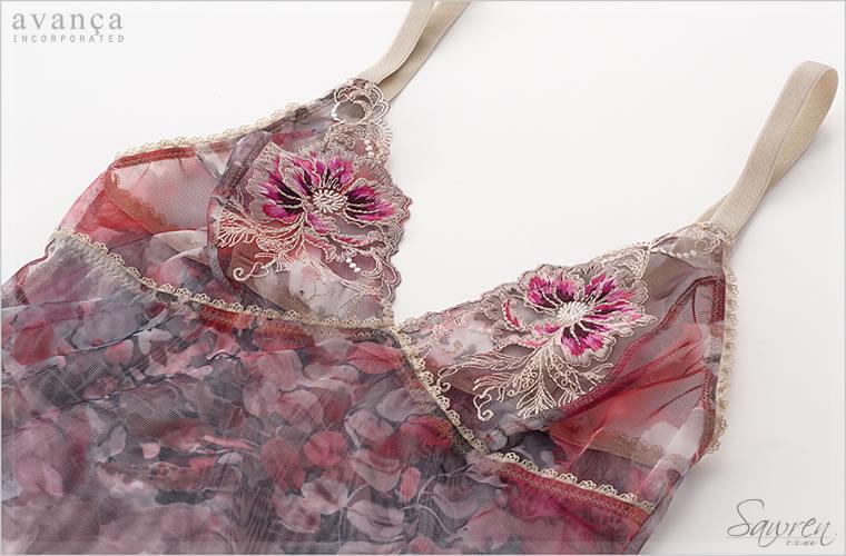 優雅なフラワープリントに、ゴージャスな刺繍がさらに華やぎをプラス。大人っぽい落ち着いたカラーも魅力的です。