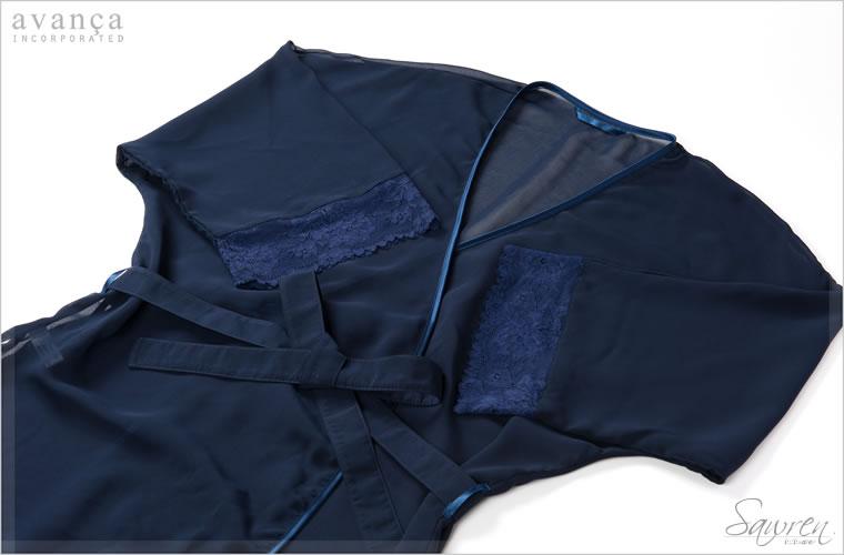 ボディは優しく透けるシースルー。花柄レースで飾られた袖は五分丈です。柔らかく手触りもなめらかなシースルーが肌を滑ります。艶めくサテンのパイピングがリュクスに装います。