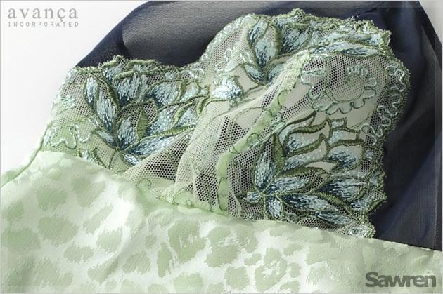 カップ部分はレース1枚仕立て。蓮の花の美しい刺繍が魅力。ボディはサテンストレッチの変わり織り。光の当たり具合によってアニマル模様が浮かびます。この上品さはさすがヨーロッパデザインです。